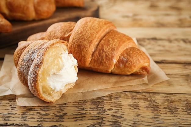 Lekkere croissants met room op houten
