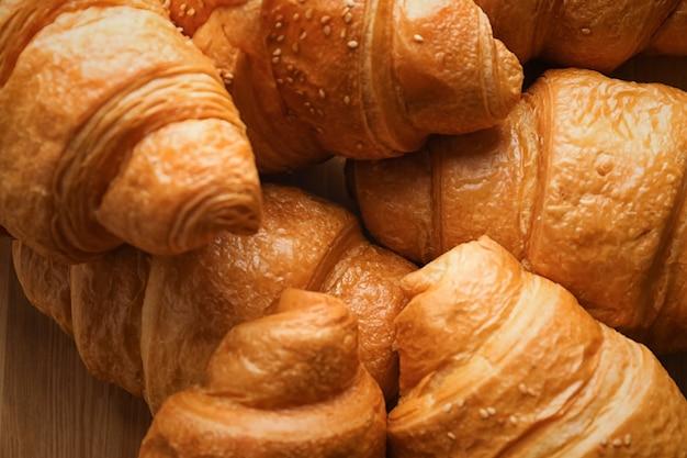 Lekkere croissants op tafel, close-up