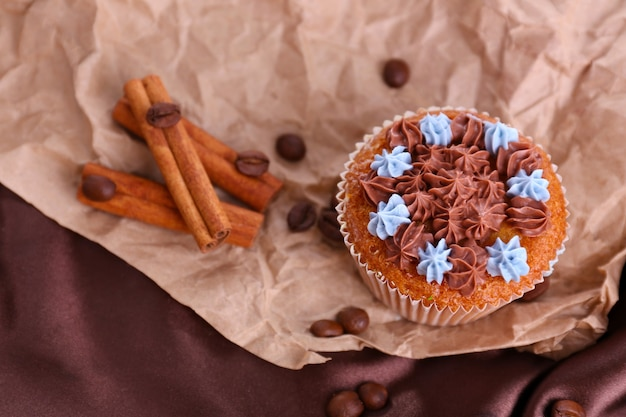 Lekkere cupcake met botercrème op gekreukt papier