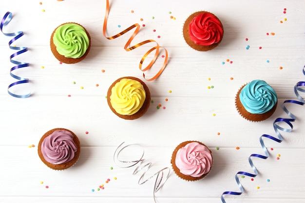 Lekkere cupcakes op een witte achtergrond. hoge kwaliteit foto