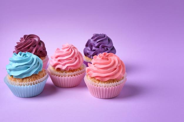 Lekkere cupcakes op paars