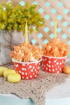 Lekkere cupcakes op tafel, close-up