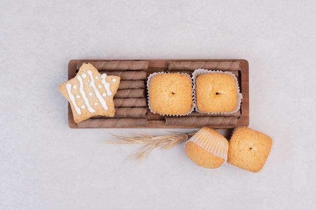 Lekkere cupcakes op witte tafel.