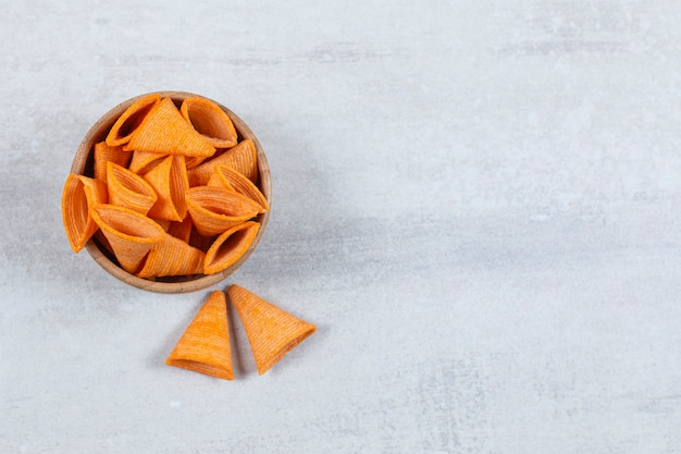 Lekkere driehoek chips in houten kom.