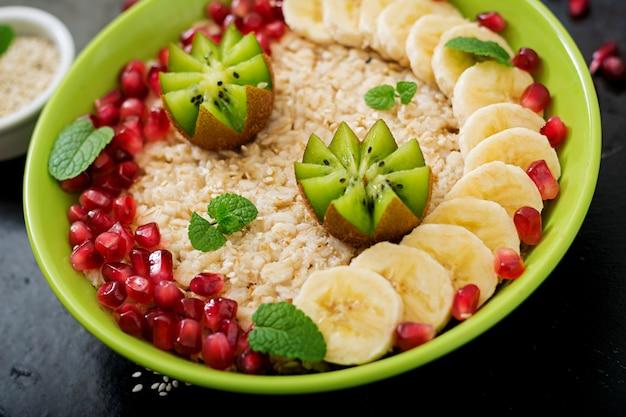 Lekkere en gezonde havermoutpap met fruit, bessen en lijnzaad. gezond ontbijt. fitness eten. goede voeding.
