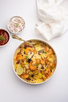 Lekkere en heerlijke garnalen biryani, jheenga pulav of garnalenpilaf
