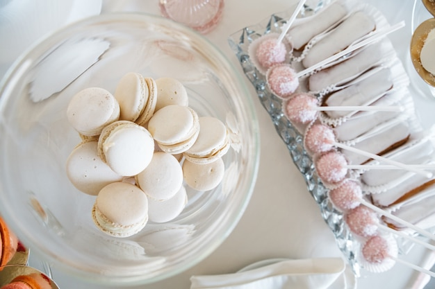 Lekkere en zoete snoepjes op een mooie tafel