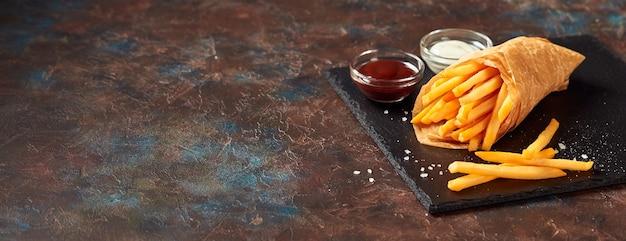 Lekkere frietjes met sauzen op leisteen snijplank