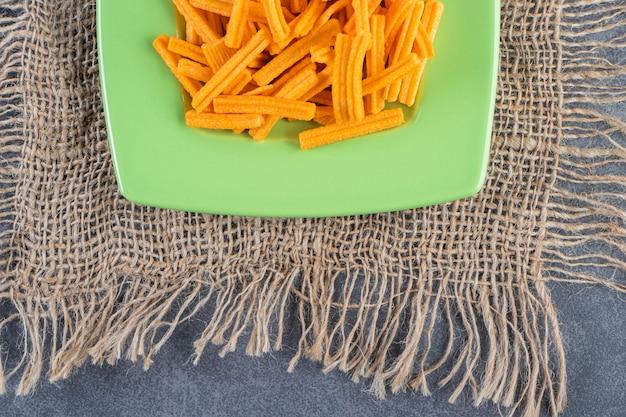 Lekkere frietjes op een bord op textuur op het marmeren oppervlak