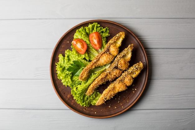 Lekkere gebakken vis op plaat tafel close-up