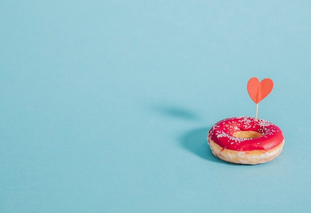 Lekkere geglazuurde donut versierd met een hart