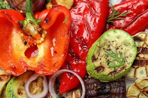 Lekkere gegrilde groenten in zijn geheel, close-up