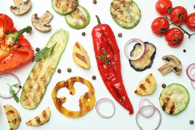 Lekkere gegrilde groenten op wit, bovenaanzicht