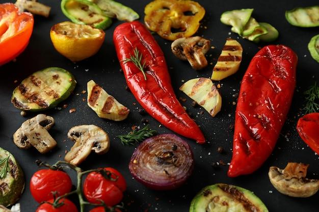 Lekkere gegrilde groenten op zwart, close-up