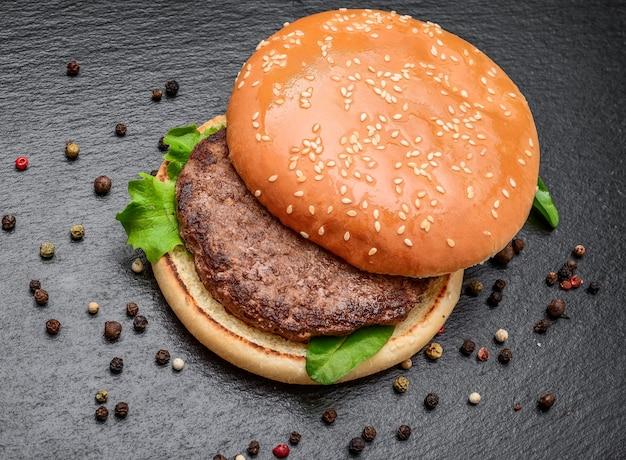 Lekkere gegrilde zelfgemaakte hamburgers met rundvlees. bovenaanzicht