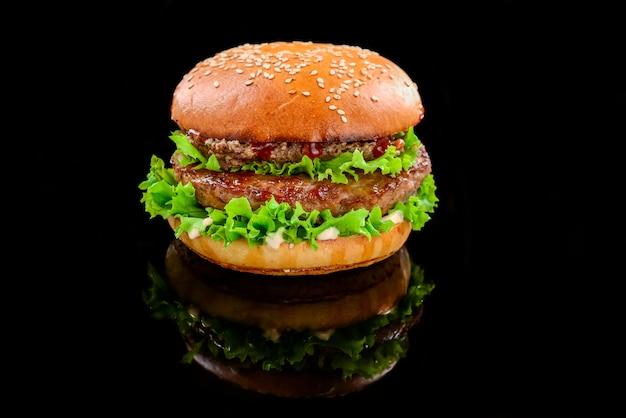 Lekkere gegrilde zelfgemaakte hamburgers met rundvlees