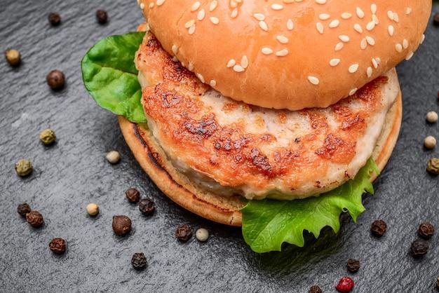 Lekkere gegrilde zelfgemaakte hamburgers met rundvlees.