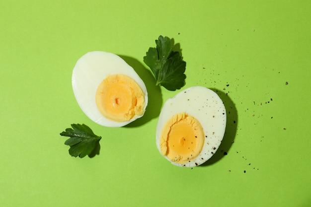 Lekkere gekookte eieren op groen, bovenaanzicht