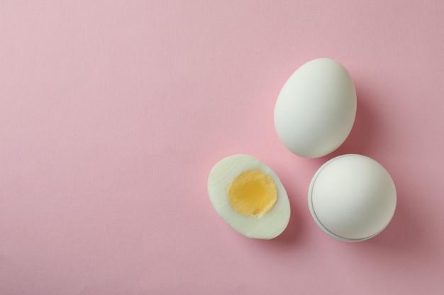 Lekkere gekookte eieren op roze achtergrond