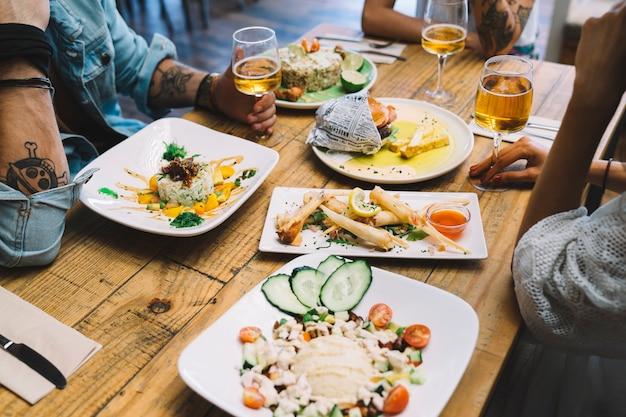 Lekkere gerechten op tafel