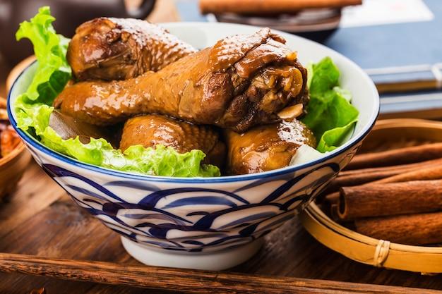 Lekkere geroosterde kip op een kom