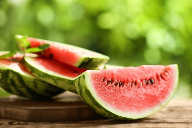 Lekkere gesneden watermeloen op tafel buiten