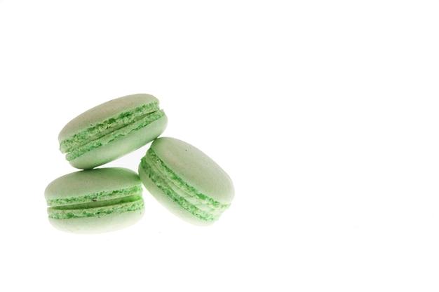 Lekkere groene bitterkoekjes geïsoleerd op witte achtergrond. heerlijke snack