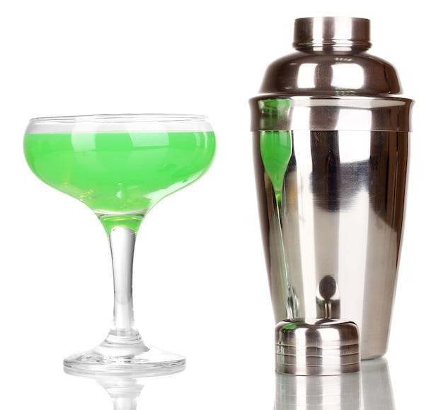 Lekkere groene cocktail geïsoleerd op white