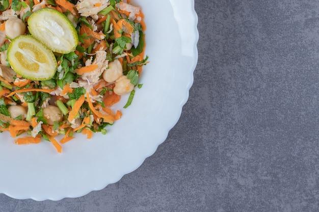 Lekkere groentesalade op witte plaat.