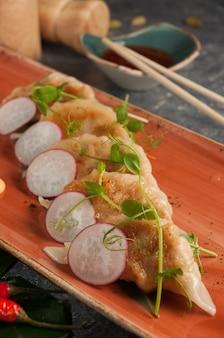 Lekkere gyoza gebakken dumplings met varkensvlees en groenten traditionele aziatische keuken geselecteerde focus