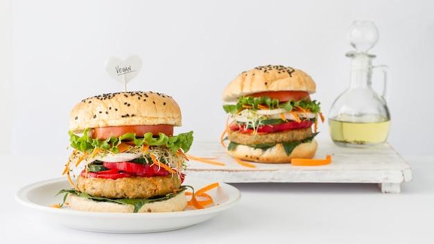 Lekkere hamburgers op tafel