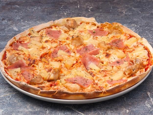 Lekkere hawaiiaanse pizza met ham, kip en ananas