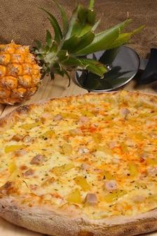 Lekkere hawaiiaanse pizza met kip en ananas