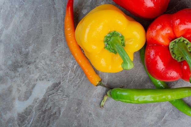 Lekkere hele paprika's op marmeren achtergrond. hoge kwaliteit foto