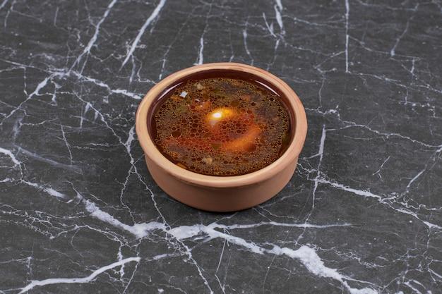 Lekkere hete soep in keramische kom.
