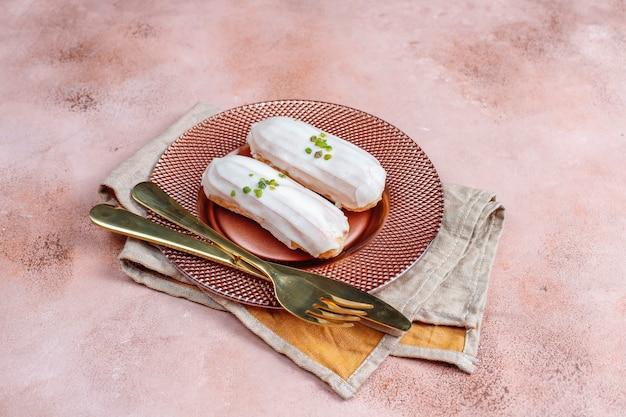Lekkere huisgemaakte pistache eclairs met witte chocolade.