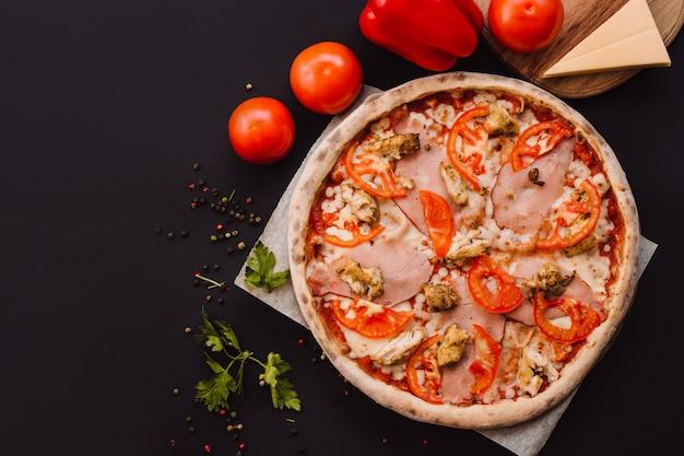 Lekkere italiaanse pizza op zwarte betonnen achtergrond