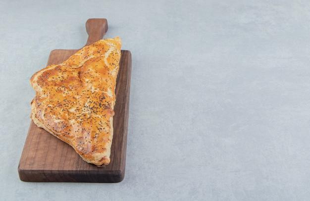 Lekkere kaas gebakjes op een houten bord.