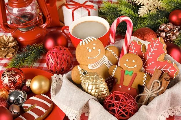 Lekkere kerstkoekjes in mand, close-up