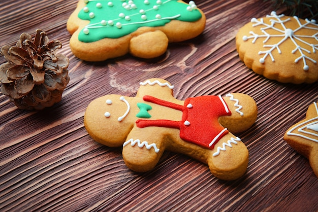 Lekkere kerstkoekjes op houten tafel, close-up