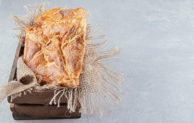 Lekkere khachapuri gebakjes in houten kist.