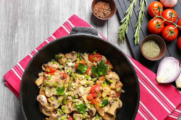 Lekkere kip marsala op pan op tafel