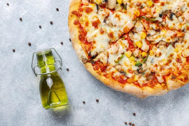 Lekkere kip pizza met champignons en kruiden