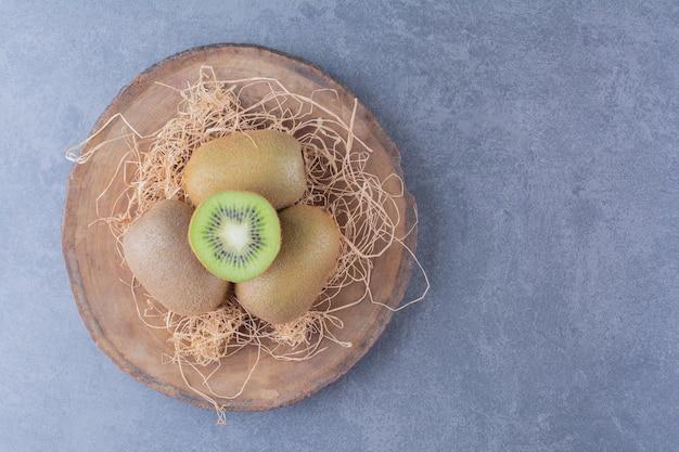 Lekkere kiwi's aan boord op marmeren tafel.