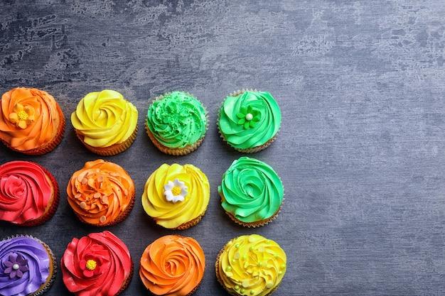 Lekkere kleurrijke cupcakes op tafel