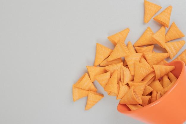 Lekkere knapperige chips in oranje kom