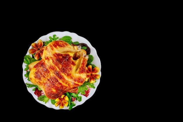 Lekkere knapperige kip of kalkoen op zwart