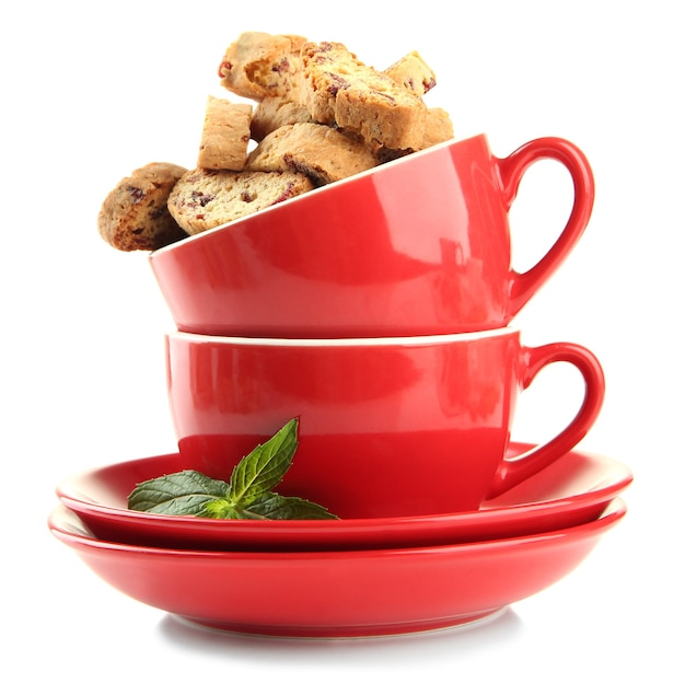 Lekkere koekjes in kopjes op wit