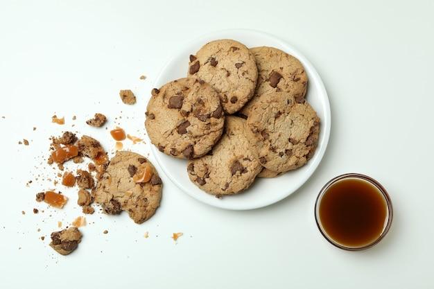 Lekkere koekjes met karamel op wit