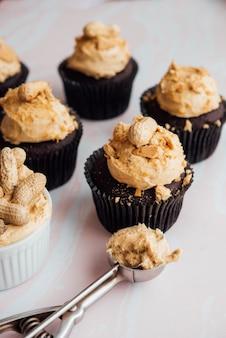 Lekkere koekjes met noten en een lepel op een witte ondergrond